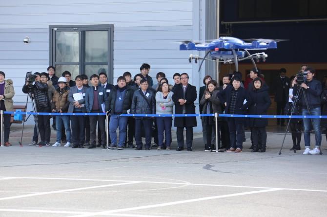 24일 대전 유성구 한국항공우주연구원에서 농약살포드론이 시연 중에 있다. 중소기업 카스콤이 개발한 드론을 경량화해 체공 시간을 50% 더 늘린 것이 특징이다. - 한국항공우주연구원 제공